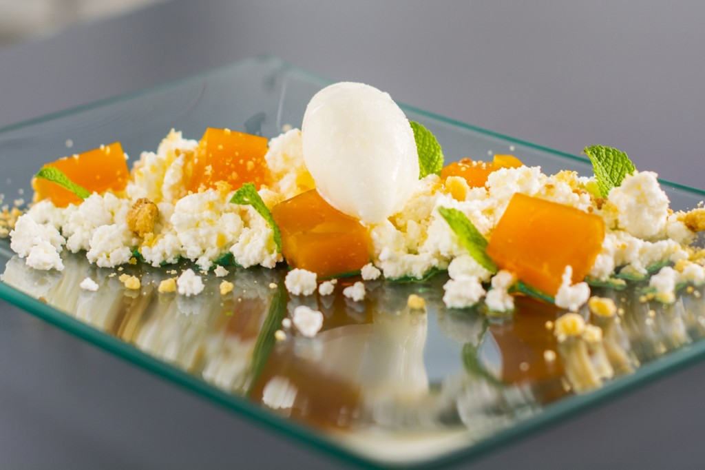 Requesón, membrillo de mango, menta y helado de lemon grass BACIRA
