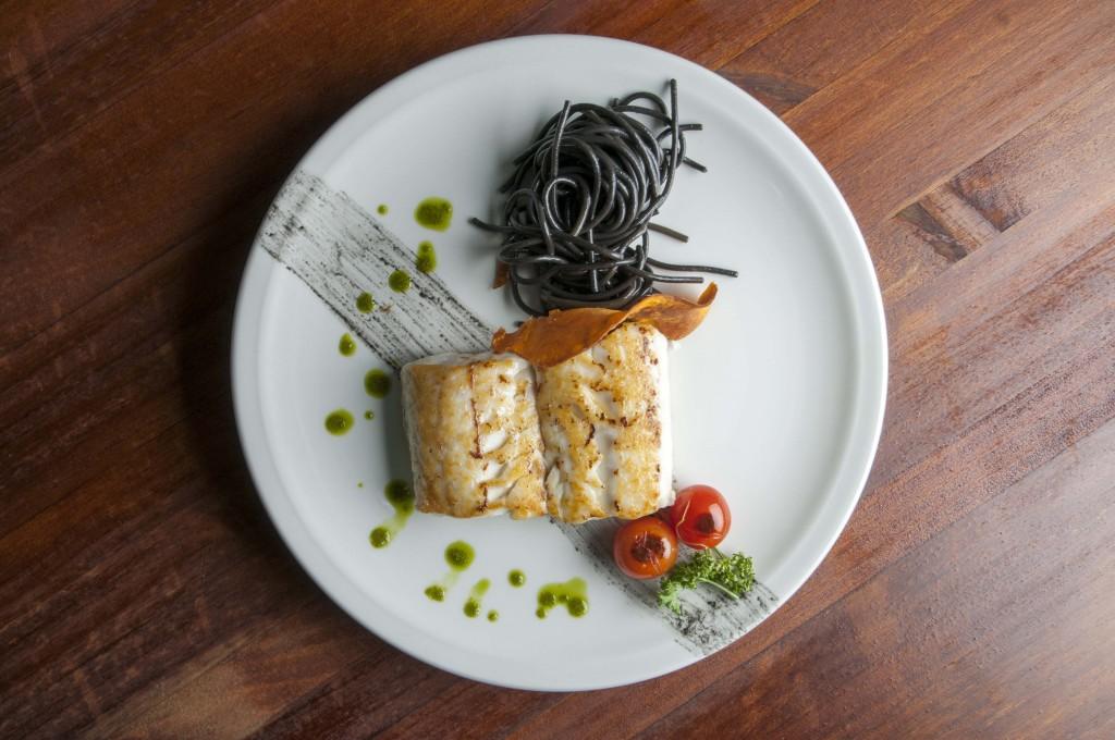 Merluza de Cantábrico con centro de espaguetis de calamar y tomatitos