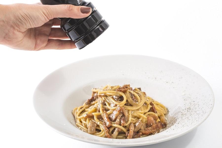 Spaghetti carbonara con huevos, guanciale y parmigiano reggiano rallado en Tu Pasta