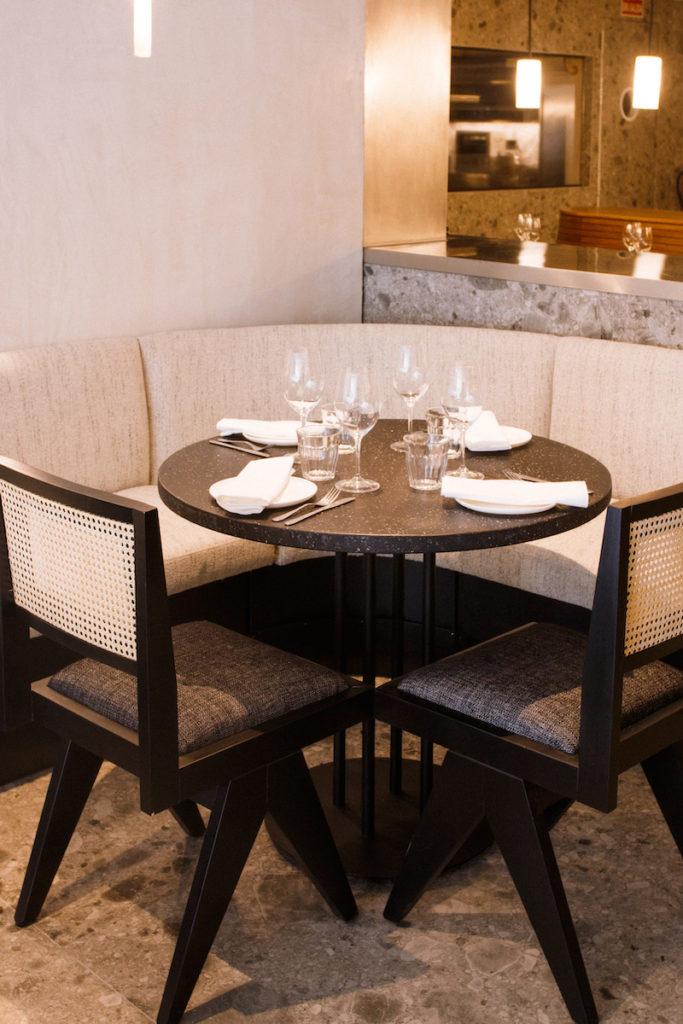 Detalle de mesa en Fayer, nuevo restaurante argentino-israelí de moda en Madrid
