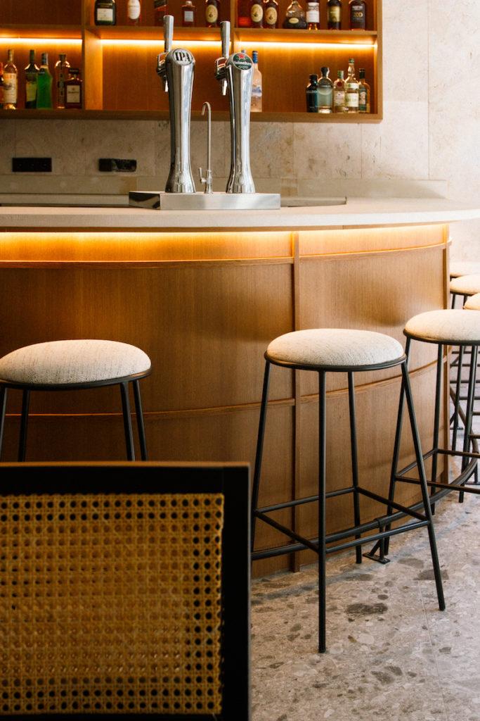 Barra a la entrada de Fayer, nuevo restaurante argentino-israelí de moda en Madrid
