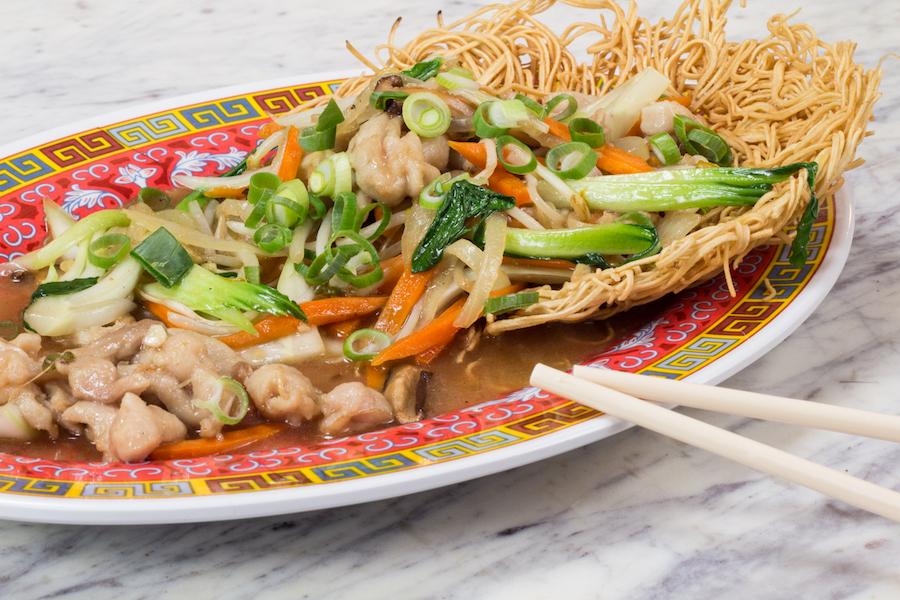 Tallarines crujientes con pollo y verdura en el restaurante chino Hong Kong 70