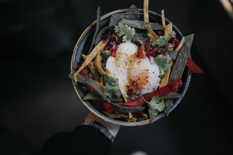 El Nido en La Mentira: carta viajera y ambientazo en el último restaurante en el que cuesta reservar en Madrid